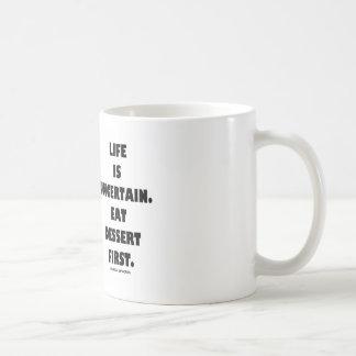 La vida es incierta.  Coma el postre primer. (Humo Taza Básica Blanca
