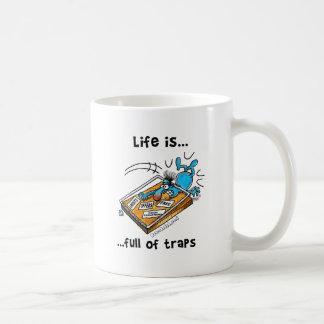La vida es llena de trampas taza básica blanca