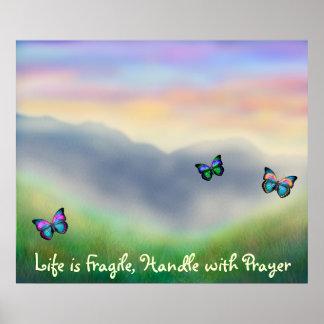 La vida es manija frágil con el poster del rezo