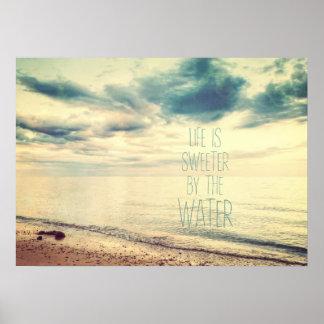 La vida es más dulce por el agua póster