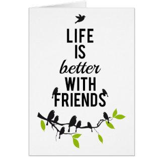 La vida es mejor con los amigos con los pájaros e felicitaciones