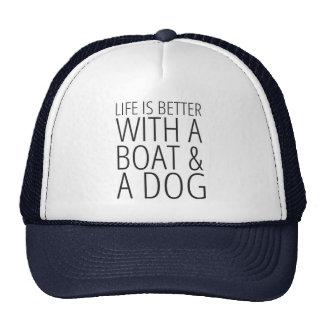 La vida es mejor con un barco y un gorra del perro