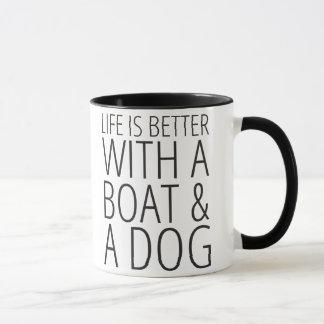 La vida es mejor con un barco y una taza del perro