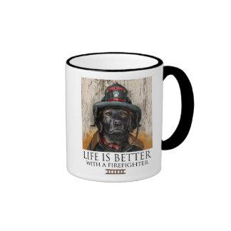 La vida es mejor con un bombero - Labrador negro Taza De Dos Colores