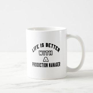 La vida es mejor con un encargado de producción taza básica blanca