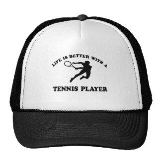 La vida es mejor con un jugador de tenis sobre hie gorro de camionero