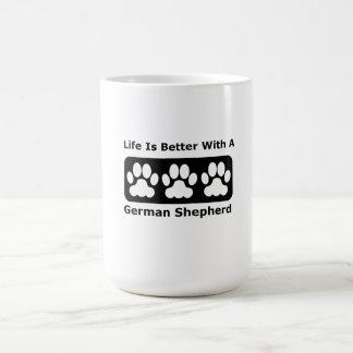 La vida es mejor con un pastor alemán taza básica blanca