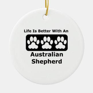 La vida es mejor con un pastor australiano adorno navideño redondo de cerámica