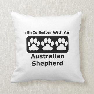 La vida es mejor con un pastor australiano cojín