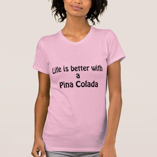 La vida es mejor con un Pina Colada Camisetas