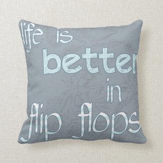 La vida es mejor en almohada de los flips-flopes
