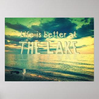 La vida es mejor en el pájaro minúsculo del lago posters