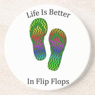 La vida es mejor en flips-flopes posavasos de arenisca