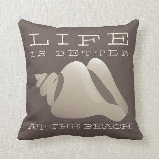 La vida es mejor en la playa Brown y el blanco Cojin