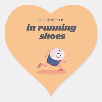 La vida es mejor en zapatillas deportivas pegatina en forma de corazón