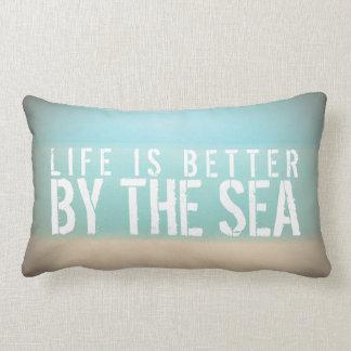 La vida es mejor por la almohada del rectángulo de