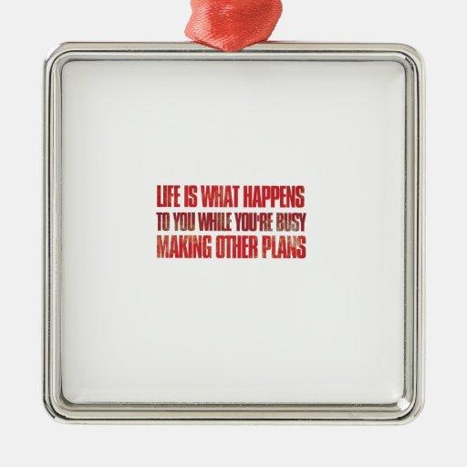 La vida es qué le sucede mientras que usted está adorno navideño cuadrado de metal