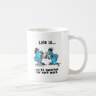 La vida es ser recompensa por trabajo duro taza básica blanca