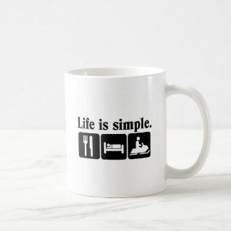 La vida es simple, snowmobiling taza clásica