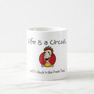 La vida es un circo taza básica blanca