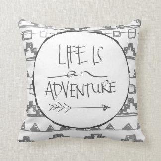La vida es una aventura cojín decorativo