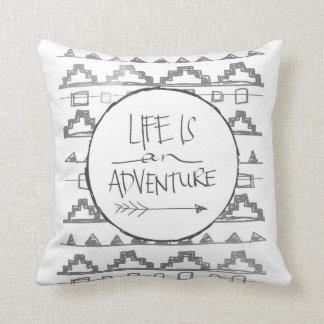 La vida es una aventura por VOL25 Cojin