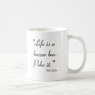 La vida es una caja del zumbador.  Empújelo Taza Clásica