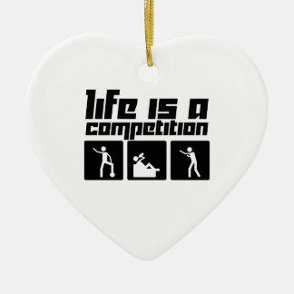 La vida es una competencia adorno navideño de cerámica en forma de corazón