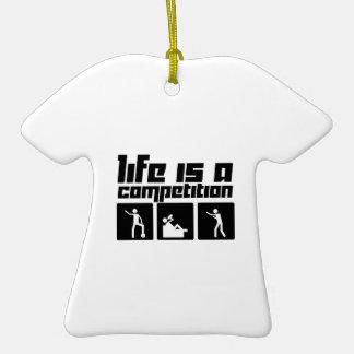 La vida es una competencia adorno navideño de cerámica en forma de playera