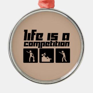 La vida es una competencia adorno navideño redondo de metal