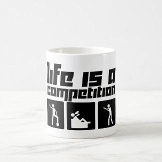 La vida es una competencia taza clásica