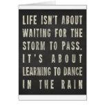 La vida está aprendiendo bailar en la lluvia felicitacion