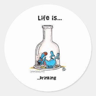 La vida está bebiendo pegatina redonda