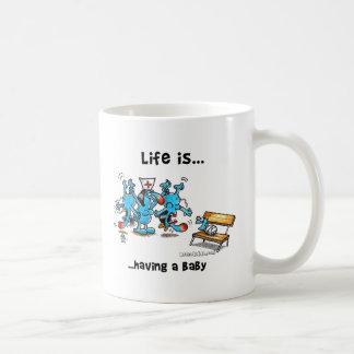 La vida está teniendo un bebé taza básica blanca