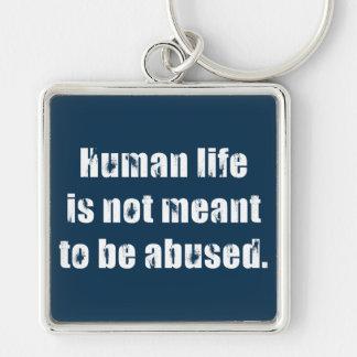 La vida humana no se significa para ser abusada llavero cuadrado plateado