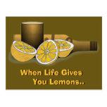 La vida le da los limones postal
