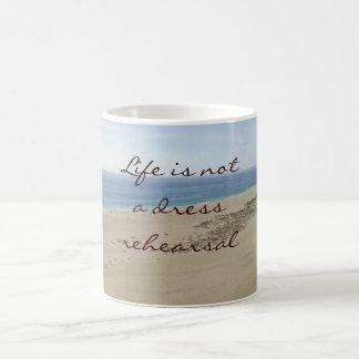 La vida no es una taza de la escena de la playa