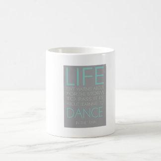 La vida no está sobre esperar la tormenta para taza de café