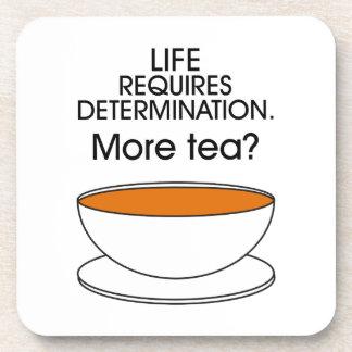 La vida requiere la determinación. ¿Más té? Posavasos De Bebida