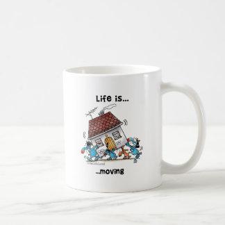 La vida se está moviendo taza básica blanca