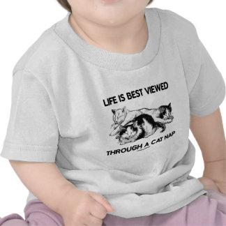 La vida se ve mejor a través de una siesta del gat camiseta