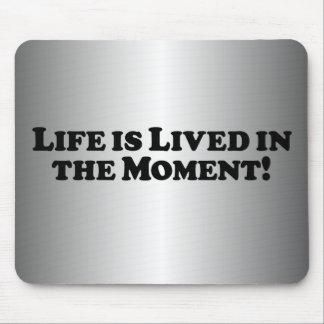 La vida se vive en el momento - básico alfombrillas de raton
