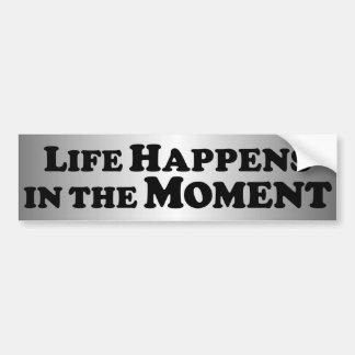 La vida sucede en el momento - básico pegatina de parachoque