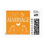 La vieja moda monta en bicicleta amor y boda sellos