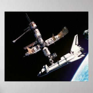 La visión desde Soyuz de la Atlántida atracó con Póster