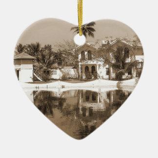 La vista de cabañas y la laguna riegan en Alleppey Adorno De Cerámica En Forma De Corazón