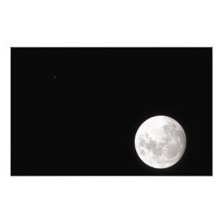 La vista de una Luna Llena, también muestra Marte Cojinete