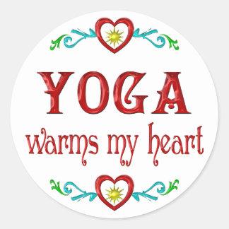 La yoga calienta mi corazón pegatina redonda