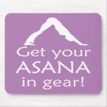 La yoga consigue su Asana en engranaje Tapete De Raton
