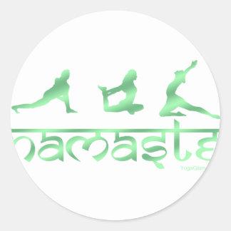 La yoga de Namaste plantea verde Etiqueta Redonda